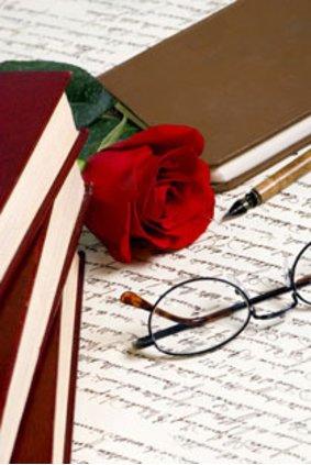 Eine Rose oder ein Gedicht sind eine schöne Aufmerksamkeit für den Partner.