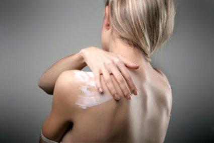 Eincremen gehört zur Hautpflege