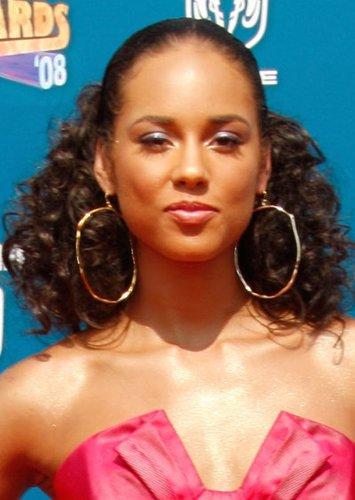 Zurückgesteckte Locken bei Alicia Keys