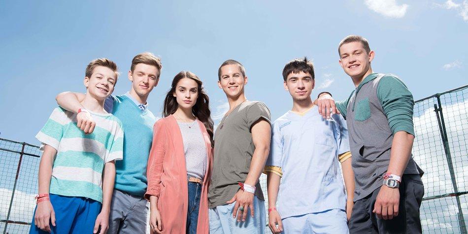 V.l.: Hugo (Nick Julius Schuck), Alex (Timur Bartels), Emma (Luise Befort), Leo (Tim Oliver Schultz), Toni (Ivo Kortlang) und Jonas (Damian Hardung)