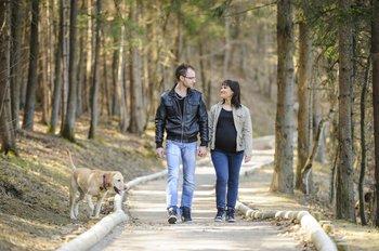 Paar geht im Wald spazieren