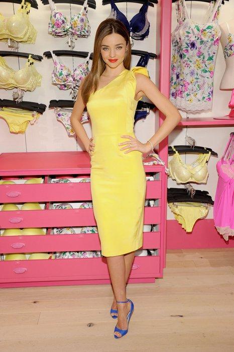 Miranda Kerr in einem blassgelben Midi-Kleid