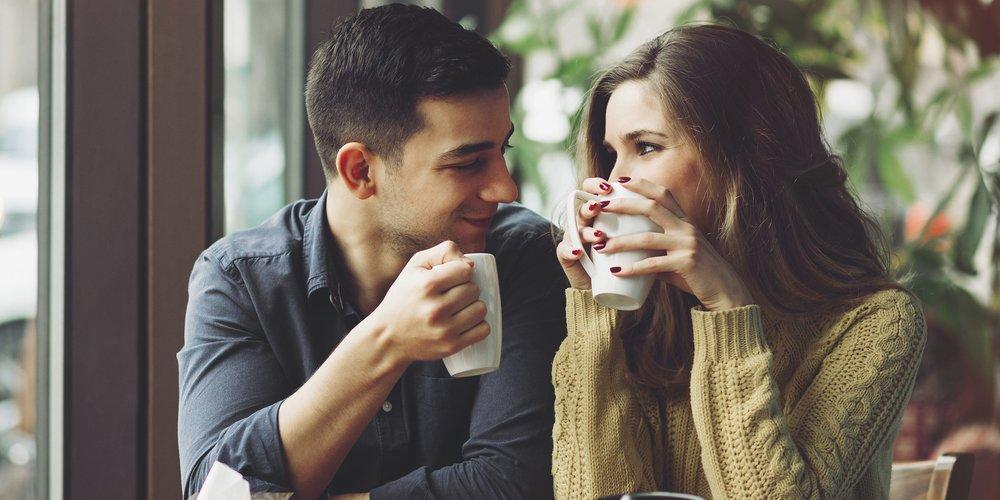 Du willst wissen, ob dein neuer Schwarm es ernst mit dir meint? Dann achte bei euren ersten Dates mal auf diese Anzeichen, die es genau verraten!