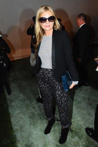 Kate Moss besucht eine Modenschau