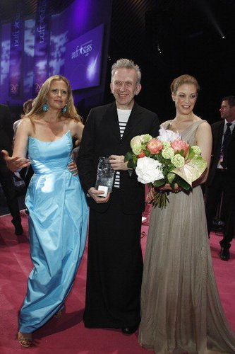 Barbara Schöneberger neben Jean Paul Gaultier und Marie Bäumer