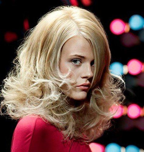 Blonde Mähne mit viel Volumen und welligen Spitzen