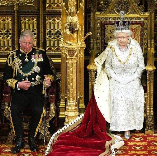 Prinz Charles mit seiner Mutter