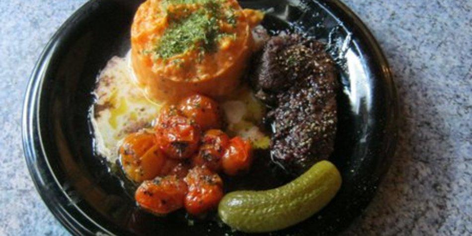 Rinderhüftsteak mit Süßkartoffel und Tomaten mit Rotweinbutter