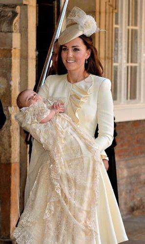 Herzogin Kate hält ihr Baby, den kleinen Prinz George, nach dessen Taufe lächelnd in ihren Armen.