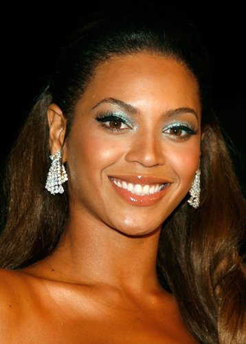 Beyonce Knowles mit Make-up im Stil der 70er Jahre