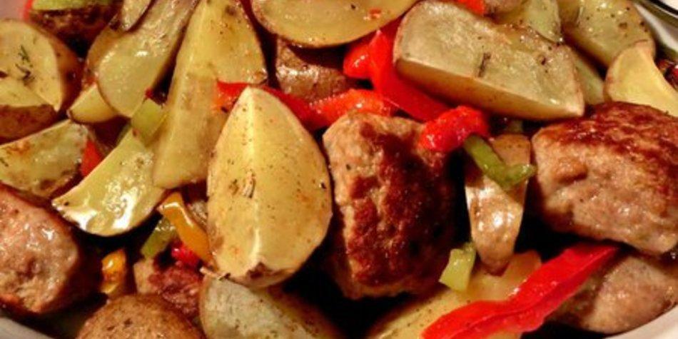Schnelles Kartoffelgericht mit Gemüse und Partyfikadellen