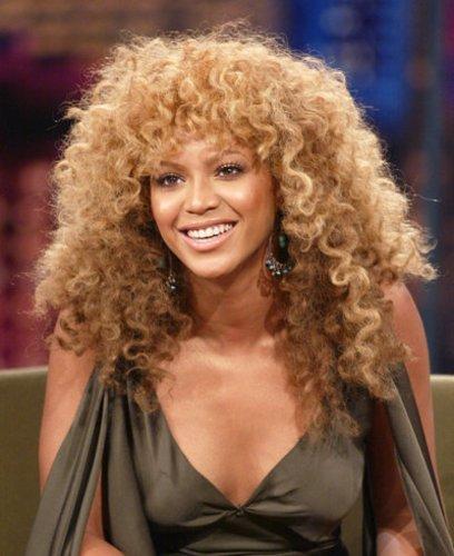 Beyonce Knowles mit krausem Haar