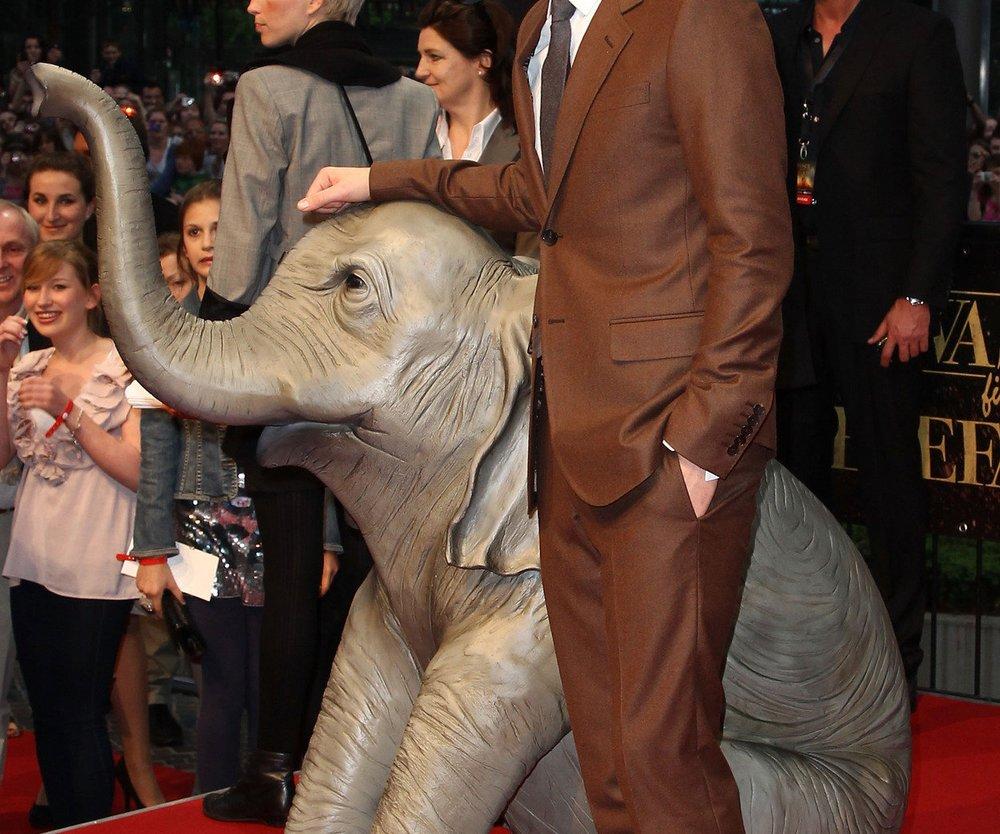 Robert Pattinson posiert mit Elefanten!