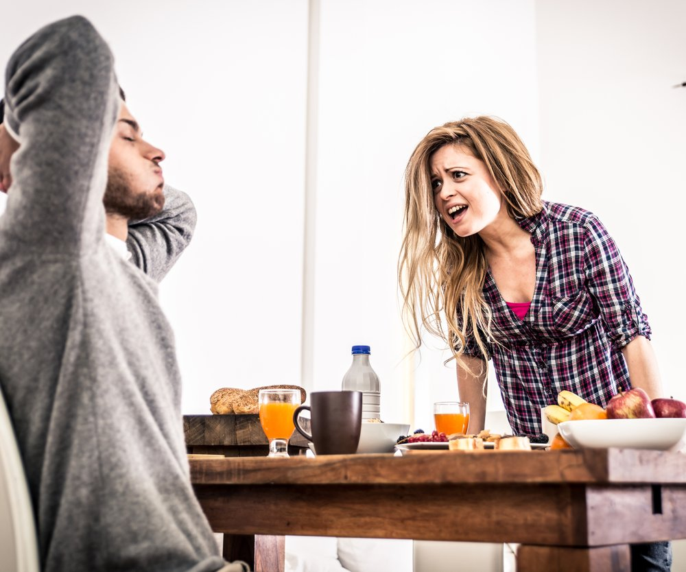 Paar streitet am Frühstuckstisch