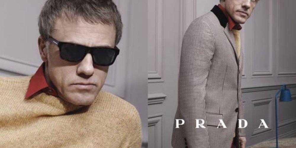 Christoph Waltz ganz klassisch im dickmaschigen beigen Pullover und mit schwarzer Sonnenbrille.