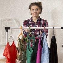 Mädchen bei der Kleider-Auswahl
