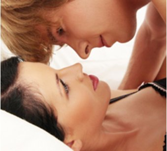 Kuschelndes Paar: Zärtlichkeiten stärken die Bindung