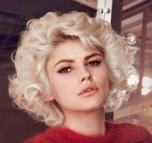 Blonde Lockenmähne