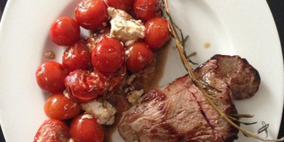 Low carb: Zartes Rindfleisch mit Tomaten und Feta