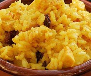 Fruchtiger Reissalat mit Pfirsichen, Schinken und Curry