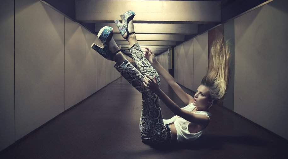 Frau schwebt mit Schuhen