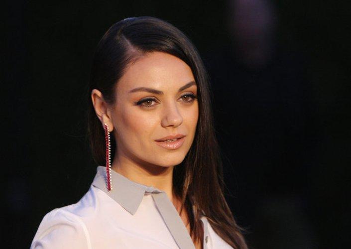 Mila Kunis mit unauffälligen Fake Lashes