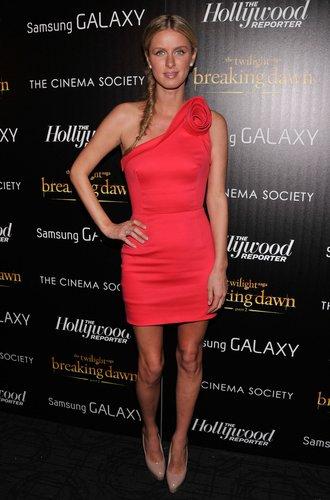 Nicky Hilton im roten Minikleid