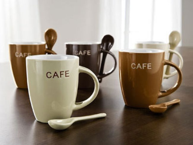 keramiktassen mit Aufdruck und Löffeln