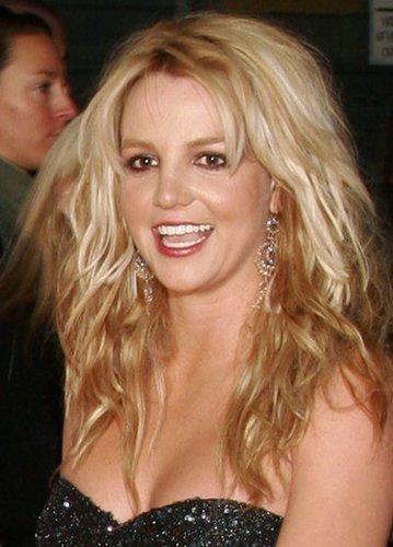 Britney Spears mit welligen Haaren
