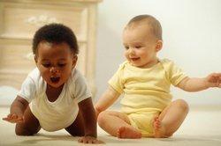 Spielt Dein Baby (10 Monate) mit anderen?