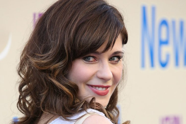 Zooey Deschanel mit kurzen Fake Lashes