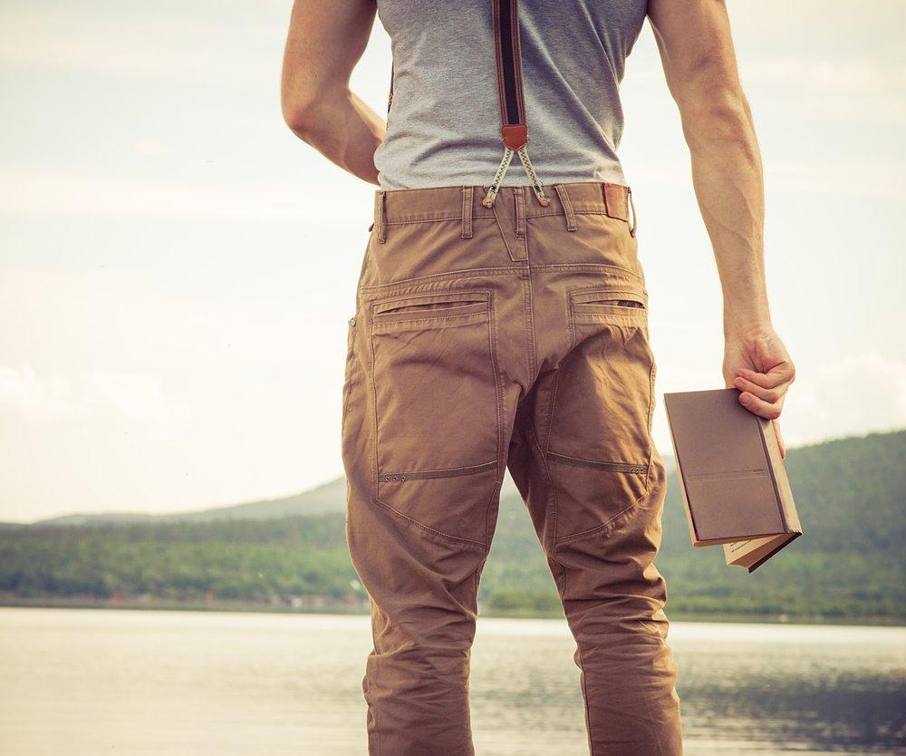 Mann mit Buch am Seeufer