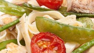 Fischpasta mit Tomaten und Zuckerschoten