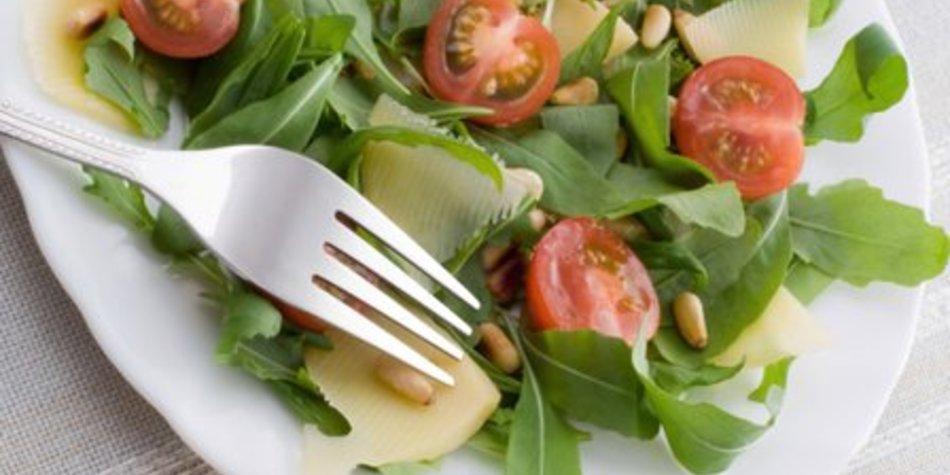 Salat mit Pinienkernen