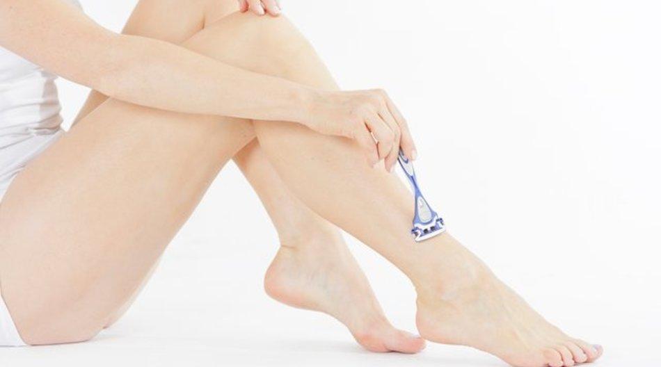 Wer bei der Beinrasur kein Rasiergel zur Hand hat, kann auch eine Haarspülung verwenden.