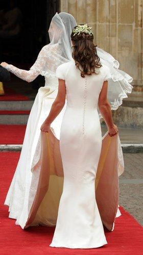 Pippa Middleton und ihre Schwester von hinten fotografiert.