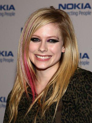 Avril Lavigne mit pinken Strähnchen