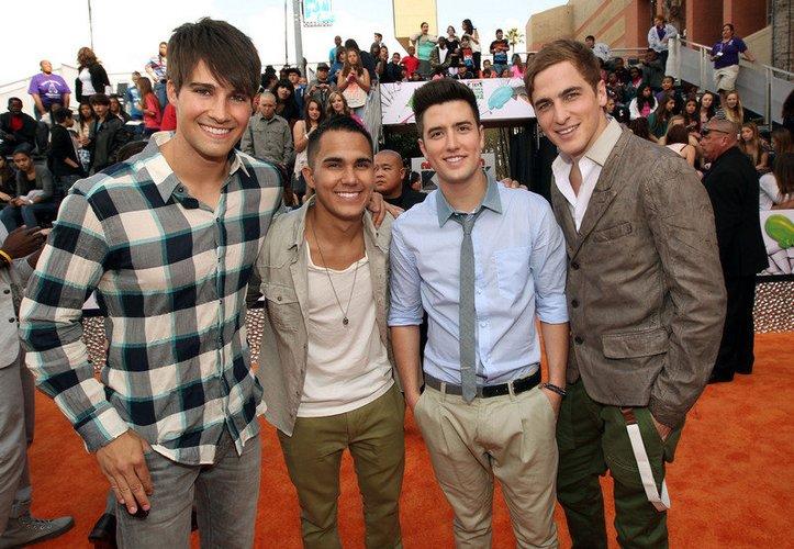 Die Big Time Rush-Mitglieder posieren auf dem roten Teppich.