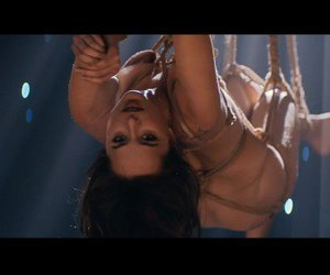 Shades of Grey: Dakota Johnson legt eine heiße Bondage-Show hin