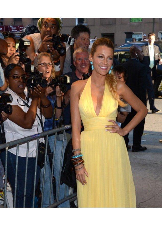 Blake Lively in einem gelben Kleid