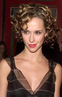 Jennifer Love Hewitt mit kurzen blonden Locken
