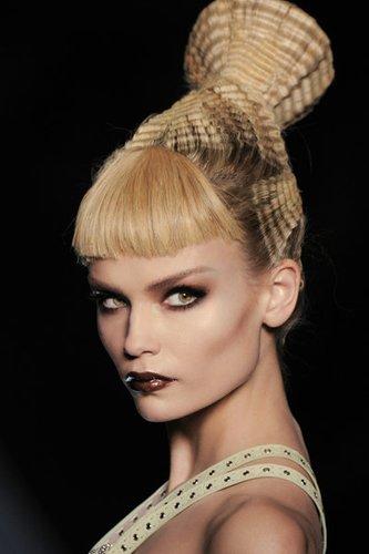 Kunstvolle Hochsteckfrisur mit gekreppten Haaren