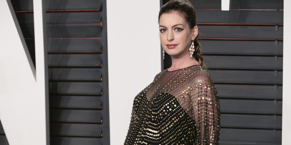 US actress Anne Hathaway poses as she arrives to the 2016 Vanity Fair Oscar Party in Beverly Hills, California on February 28, 2016. / AFP / ADRIAN SANCHEZ-GONZALEZ (Photo credit should read ADRIAN SANCHEZ-GONZALEZ/AFP/Getty Images)