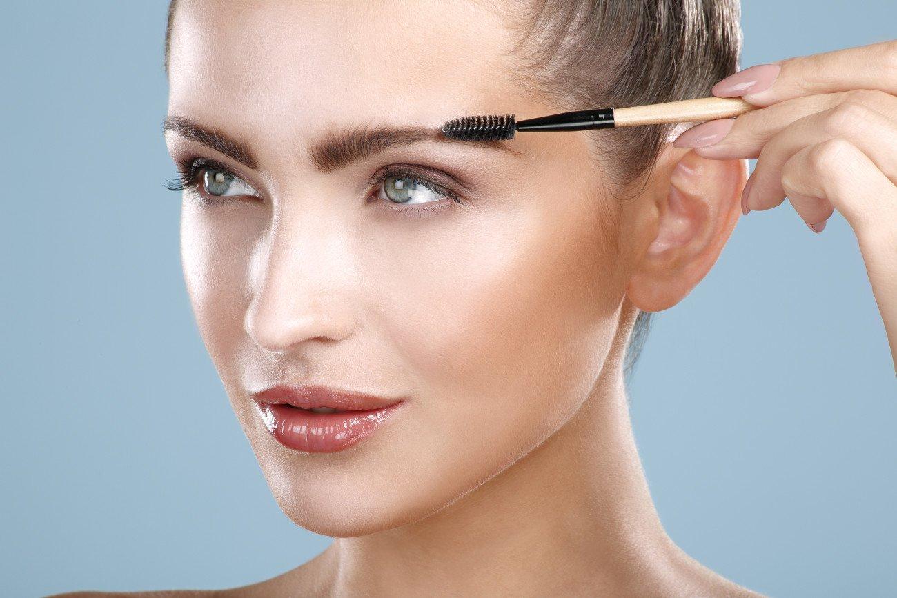 Augenbrauen trimmen mit der Schere