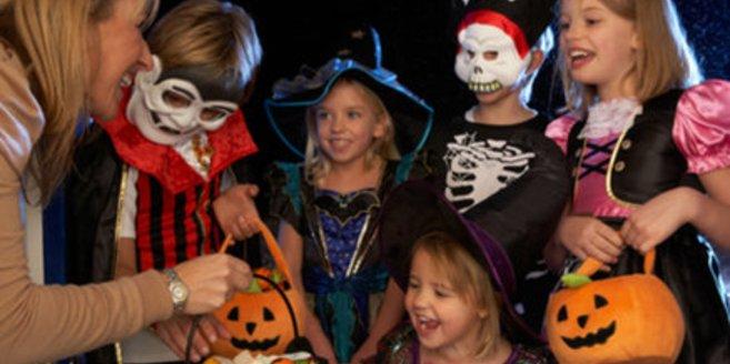 In gruseliger Verkleidung ziehen viele Kinder an Halloween um die Häuser.