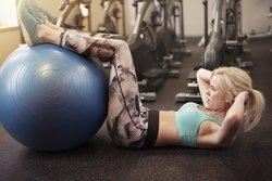 Gymnastikball-Übungen für einen flachen Bauch