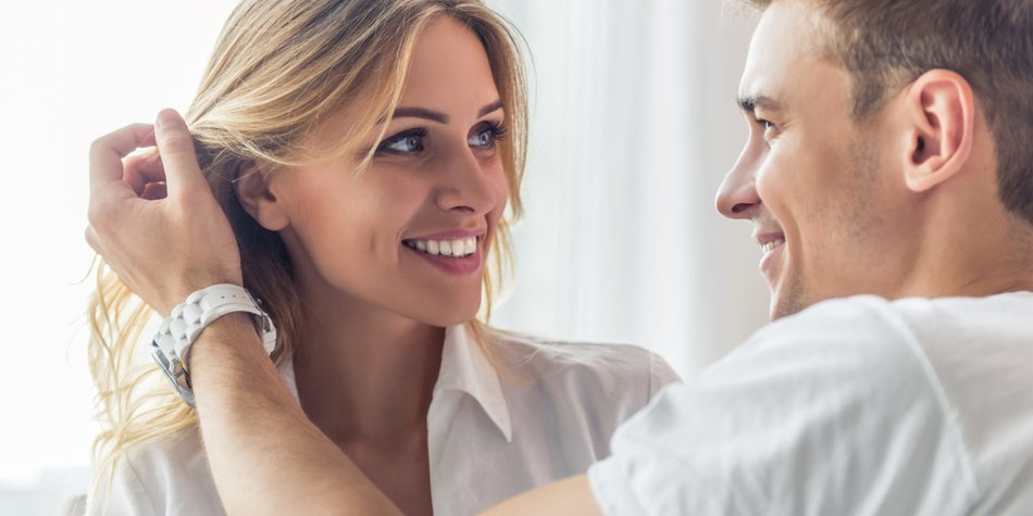 K rpersprache beim Flirten deuten