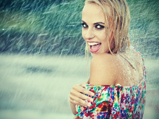 Geschminkte Frau im Regen