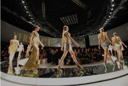 Models laufen auf einem außergewöhnlichen Laufsteg bei der Fashion Week Mailand 2009