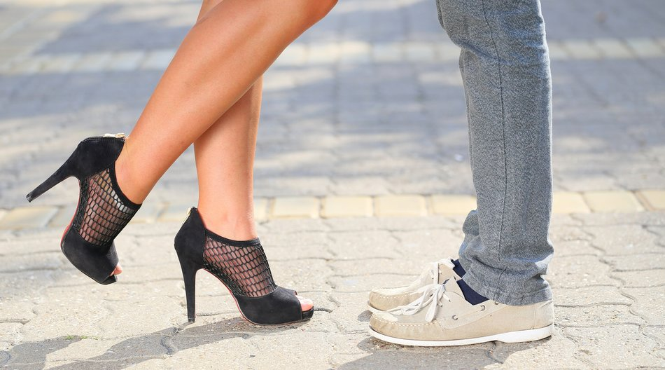 Date guckt auf Füße